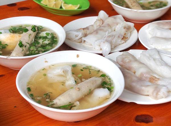 Bánh cuốn Cao Bằng ăn kèm với nước lèo ngon ngọt