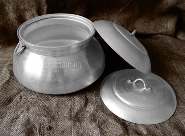 Nồi tráng bánh cuốn bằng củi được dùng trong bếp xưa