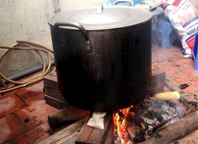 Nồi nhôm nấu bánh chung bằng than củi