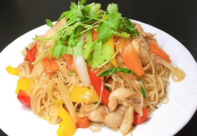 Xào tách 2 phần nhân và thịt để nước từ phần rau củ không làm sợi hủ tiếu mềm ra