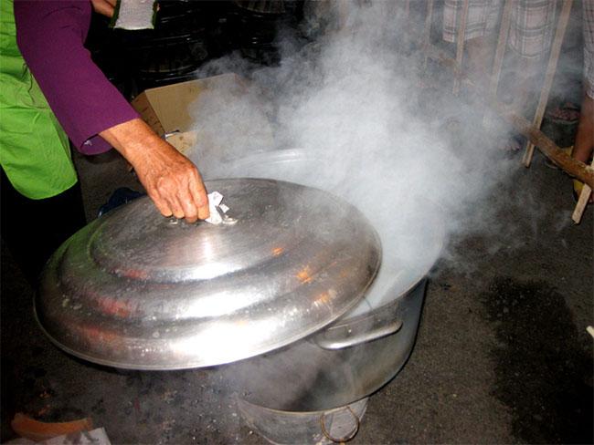Nồi hấp bánh bèo bằng than củi đã không còn là lựa chọn của những quán bán hàng