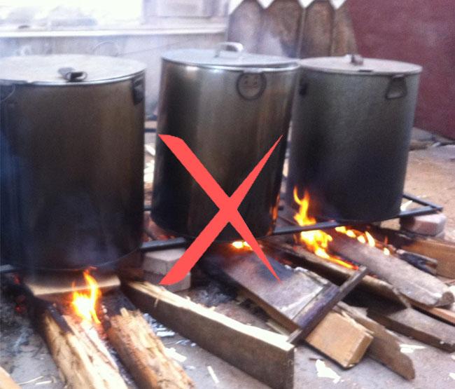 Bếp điện nấu phở bằng than tốn thời gian, khói bụi