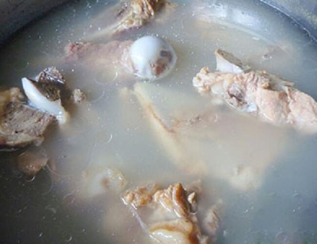 Hầm xương bò trong nhiều giờ để có nước lèo ngon ngọt
