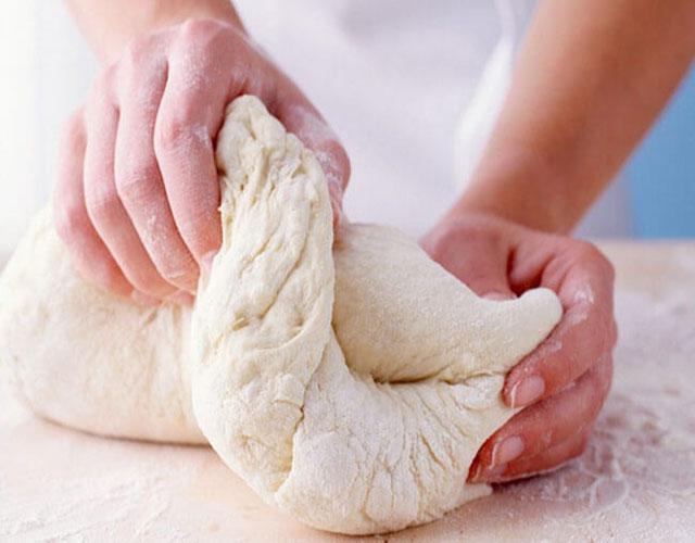 Nhào bột mì làm bánh bao