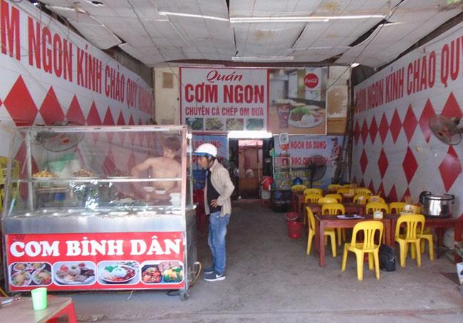 Tủ bán cơm đặt trước cửa tiệm quán cơm tạo sự chuyên nghiệp khi bán hàng