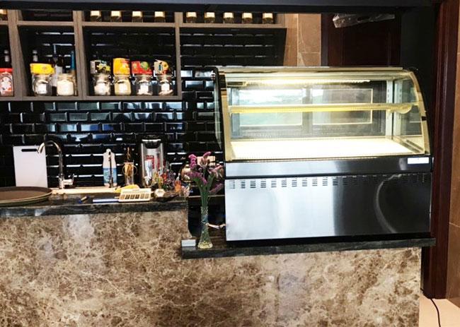 Tủ trưng bày bánh kem mini để bàn lắp đặt trên quầy thu ngân, quầy bar
