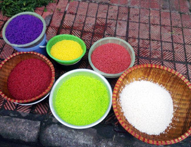 Ngâm gạo tạo màu xôi trước khi hấp