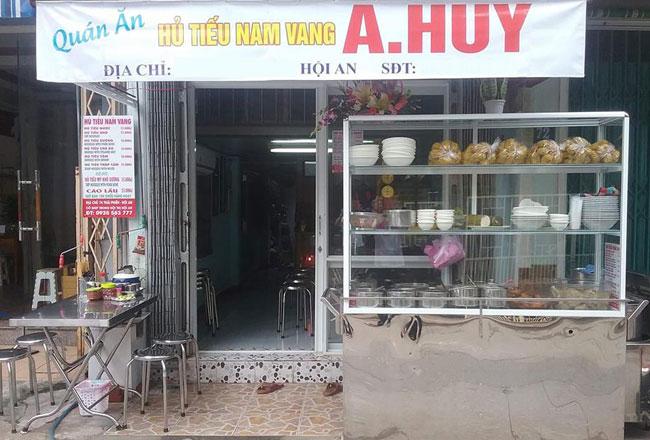 Tủ kính bán đồ ăn - Hủ tiếu Nam Vang được đặt trước quán