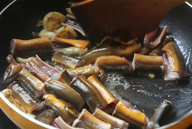 Cho lươn vào chảo xào sơ qua, cách nấu cháo lươn, cách nấu cháo lươn ngon, cháo lươn, cách làm lươn nấu cháo, cách nấu cháo lươn ngon nhất, hướng dẫn nấu cháo lươn, cháo lươn ngon, chao luon, cach nau chao luon, nấu cháo lươn, cách làm cháo lươn, cách làm cháo lươn ngon, nau chao luon, nấu cháo lươn ngon, cháo luon, cách nấu cháo luon, cách nấu cháo lươn không tanh