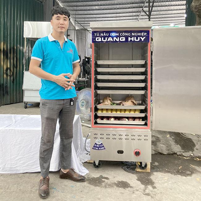 Quang Huy vận hành tủ nấu cơm, hấp gà vịt, khoai ngô, nấu cơm