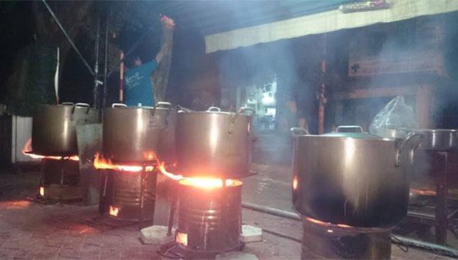 Xoong nồi nấu cháo bằng than củi gây nhiều bất tiện sử dụng