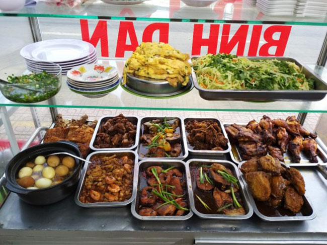 Ngăn trên trưng bày thực phẩm, món ăn