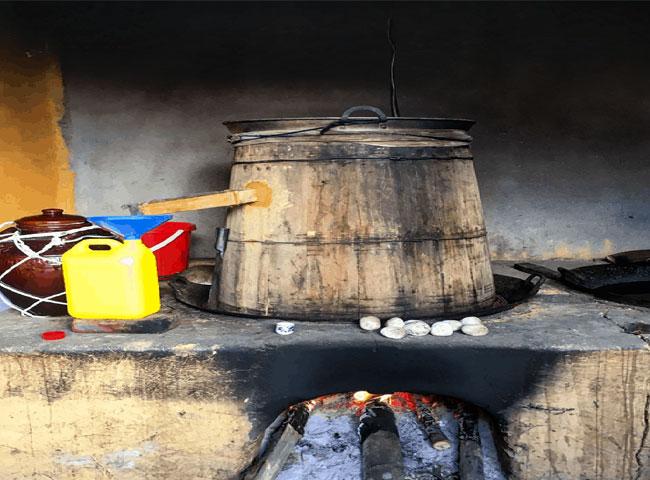 Chưng cất rượu ngô truyền thống bằng bếp than củi