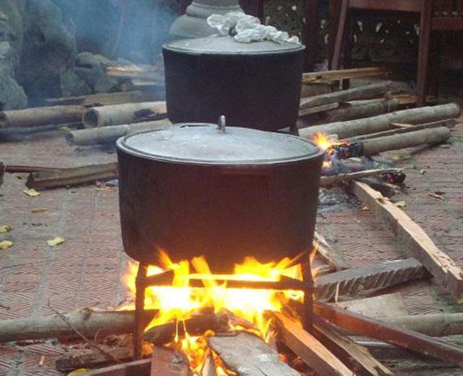 Nấu cơm bằng bếp củi than tốn nhiều thời gian, vất vả