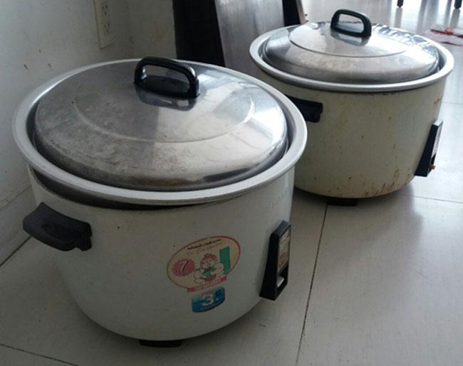 Nấu cơm khối lượng lớn cần nhiều nồi cơm công nghiệp