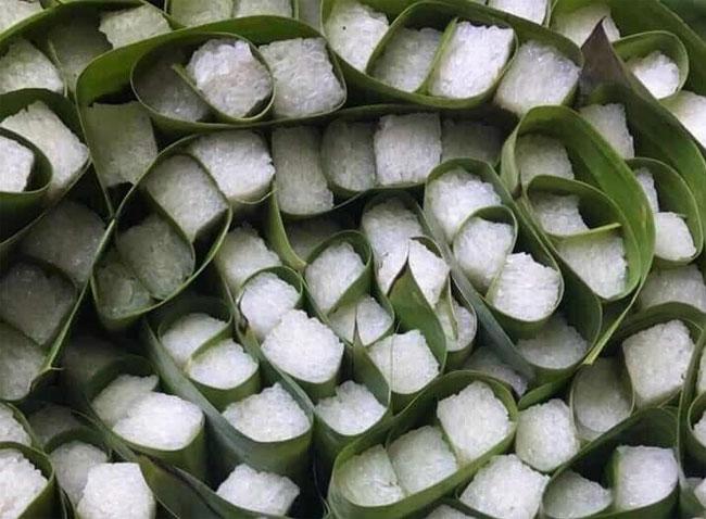 Cuộn từng viên cơm rượu vuông bằng lá chuối