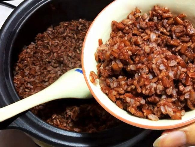 Hoàn thành món cơm gạo lứt đúng chuẩn