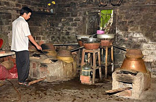 Lò nấu rượu truyền thống bằng bếp than củi