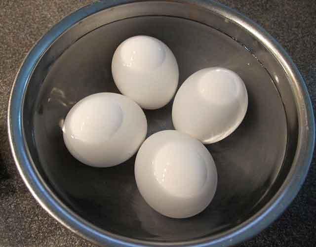 Luộc trứng nấu hủ tiếu